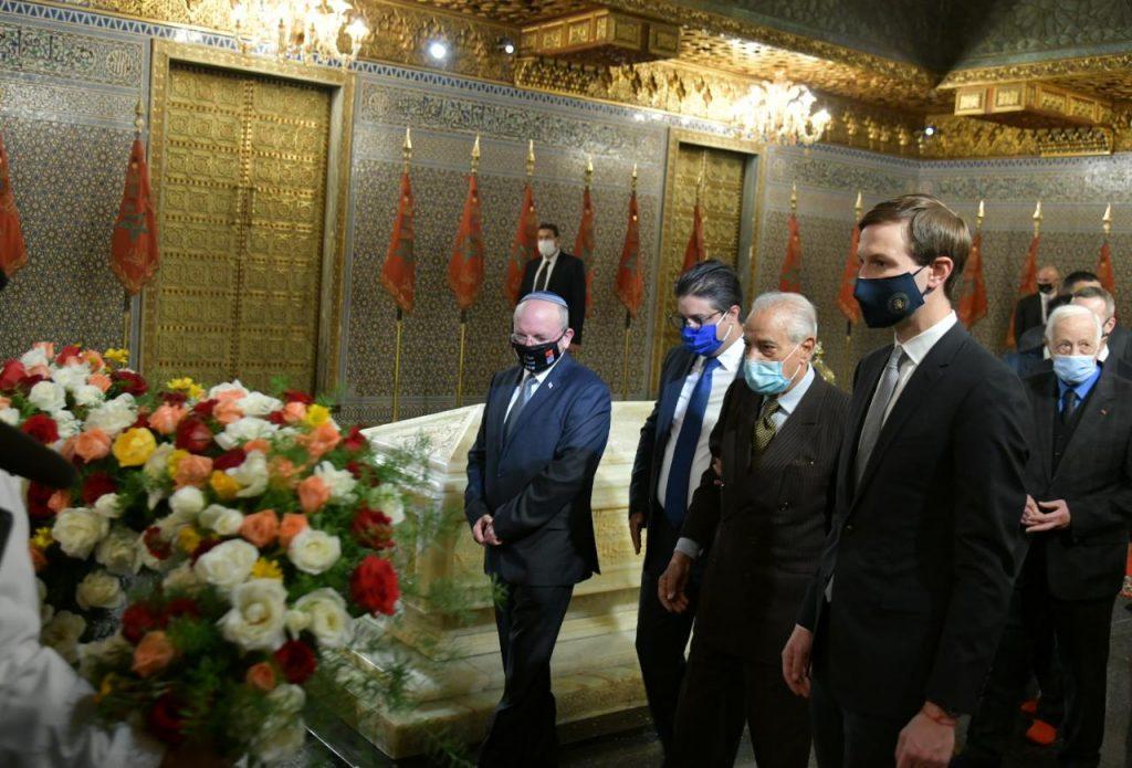 Meir Ben Shabbat et Jared Kushner au mausolée Mohammed V, à Rabat, le 22 décembre 2020.