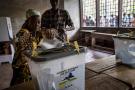Une femme vote à l'occasion des élections présidentielle et législatives, au Lycée Boganda à Bangui, en Centrafrique, le 27 décembre 2020.