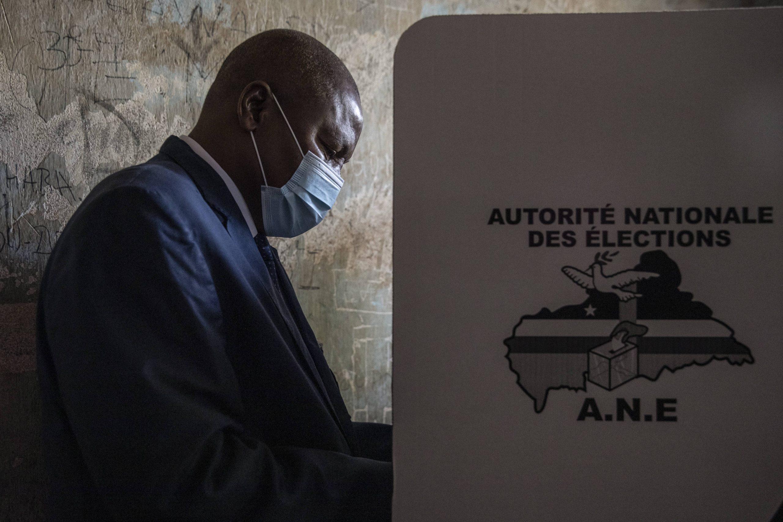 Le président sortant Faustin-Archange Touadéra vote au Lycée Boganda à Bangui, le 27 décembre 2020.