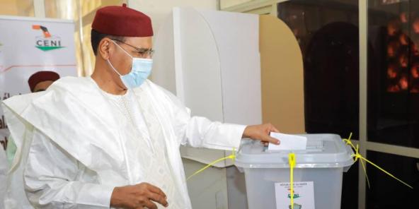 Le candidat Mohammed Bazoum, dans un bureau de vote de Niamey lors de la présidentielle du 27 décembre 2020.