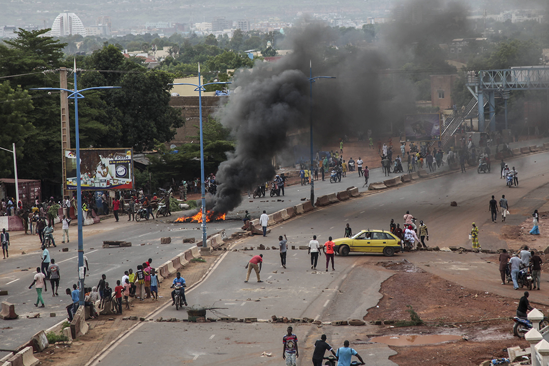 Des manifestants brûlent des pneus et des barricades à Bamako, le vendredi 10 juillet 2020.