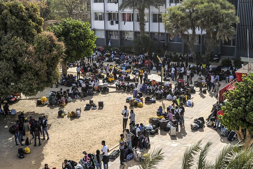 Des étudiants attendent de quitter l'Université Cheikh Anta Diop de Dakar, à Dakar, au Sénégal, le 16 mars 2020.