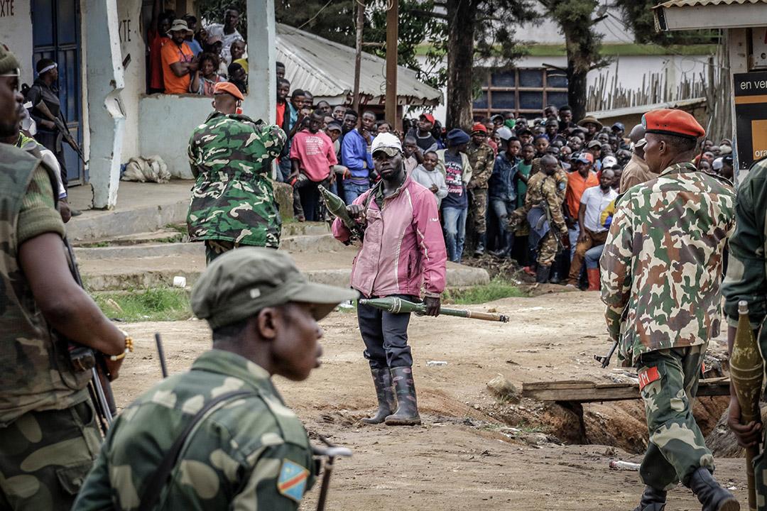 Bunia, RDC, 4 septembre 2020. Un milicien Codeco brandit des roquettes devant des soldats gouvernementaux après l'incursion d'une centaine de combattants