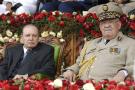 Sur cette photo prise le 27 juin 2012, le président algérien Abdelaziz Bouteflika, à gauche, et son chef d'état-major, le général Ahmed Gaid Salah, assistent à un défilé militaire à Cherchell, près d'Alger, en Algérie.