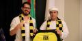Le cheikh Hamad Ben Khalifa Al Nahyan et le propriétaire du Beitar Jerusalem F.C., Moshe Hogeg, posent pour une photo à Dubaï, aux Emirats arabes unis, le 7 décembre 2020.