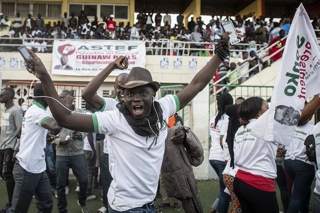 Le Sénégalais Ousmane Sonko, candidat à la présidentielle pour le Pastef, est acclamé par ses supporters avant son meeting au stade Alassane Djigo à Pikine, le 21 fevrier 2019. © Sylvain Cherkaoui pour JA