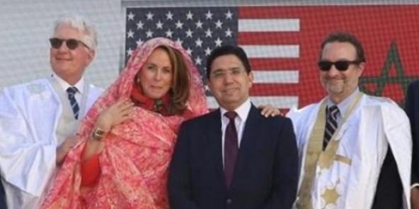 Le ministre des Affaires étrangères marocain Nasser Bourita (au centre), entouré de David Schenker, secrétaire d'Etat adjoint américain en charge du Moyen-Orient, et de David Fischer (à g.), ambassadeur des Etats-Unis au Maroc, et son épouse Jennifer, à Dakhla le 11 janvier 2021.