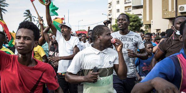 Des opposants guinéens au président Alpha Condé manifestent à Dakar, au Sénégal, le 30 octobre 2020.