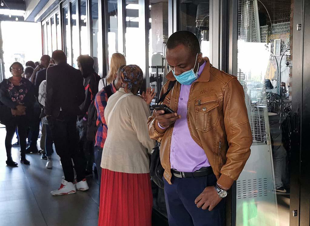 Devant un centre de visas à Johannesburg, en Afrique du Sud, le 19 mars 2020.