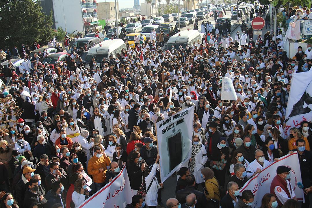 Manifestation de médecins, à Tunis, le 8 décembre 2020, exigeant la démission du ministre de la Santé au lendemain du décès accidentel du Dr Badreddine Alaoui.