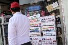 Un homme passe devant un kiosque à journaux devant un magasin de la capitale qatarie, Doha, où l'on peut lire les titres du sommet du Conseil de coopération du Golfe (CCG), qui s'est tenu le 6 janvier 2021 dans la ville saoudienne d'Al-Ula, située dans le désert, et qui a vu le rétablissement des relations du Qatar avec les pays du Golfe.