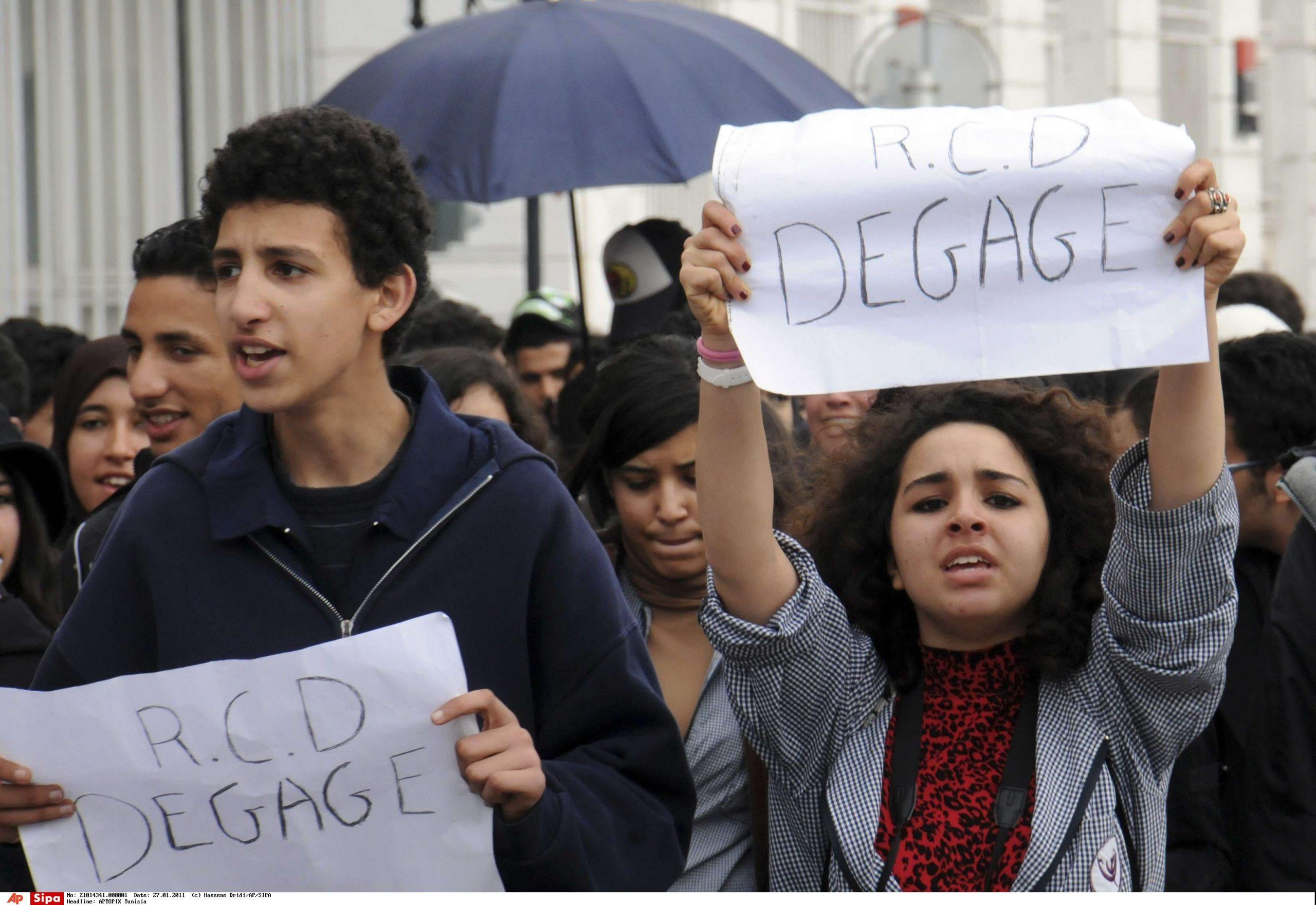 Des étudiants manifestent, certains portant des affiches sur lesquelles on peut lire «RCD [Rassemblement constitutionnel démocratique] dégage», à Tunis, le 27 janvier 2011.