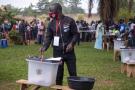 Un Ougandais vote, le 14 janvier 2021, à Kampala, en Ouganda.