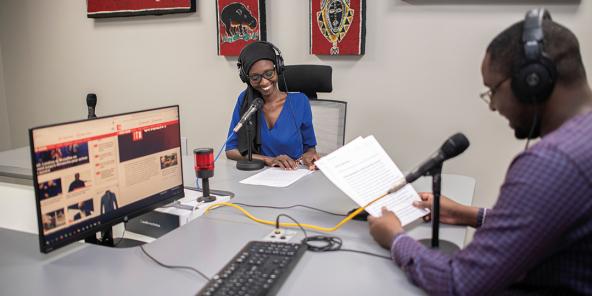 Aissatou Ly et Abdoulaye Dicko à la redaction de RFI fulfulde et mandenkan à Dakar le 10 décembre 2020.