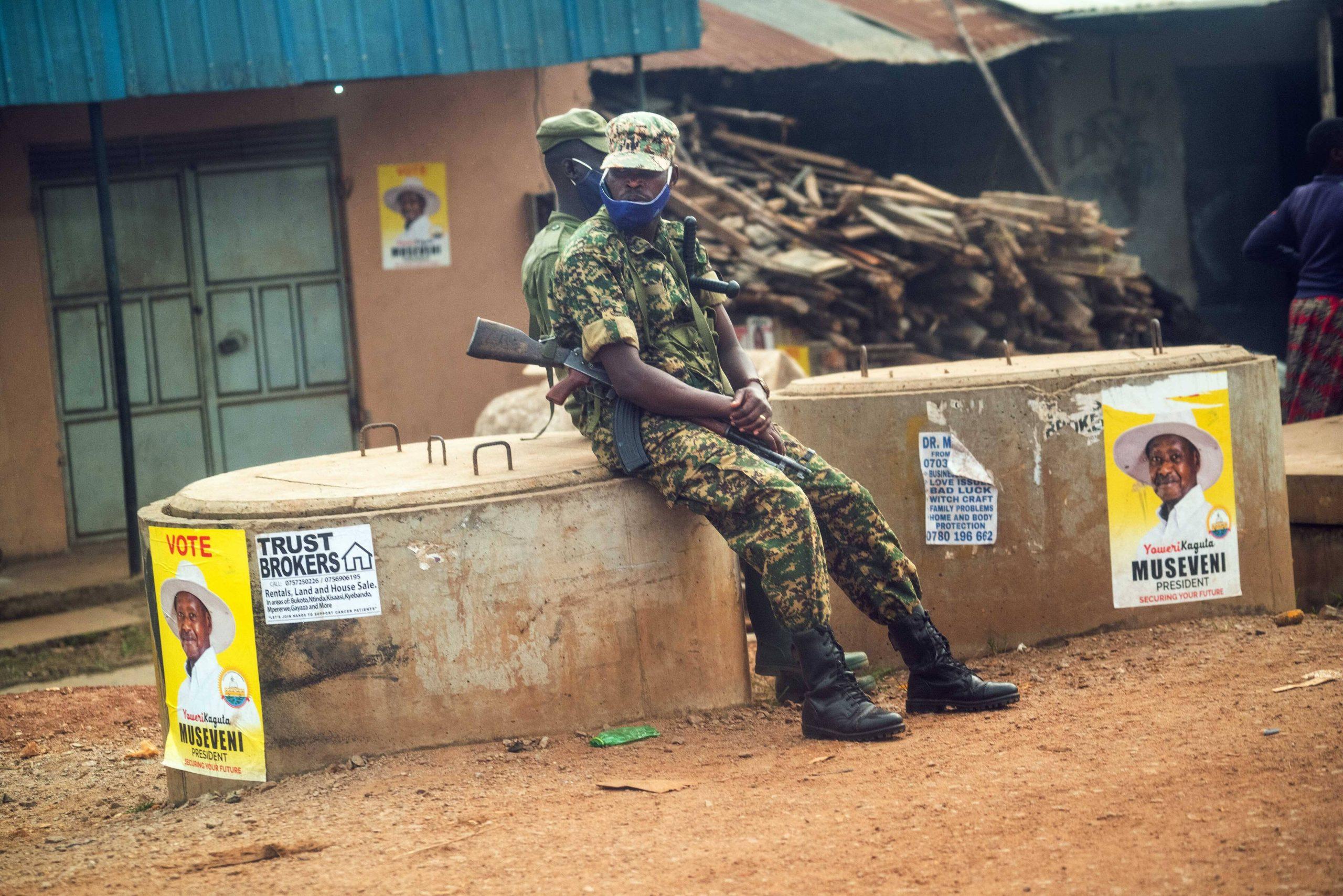 Des forces de l'ordre ougandaise, à Kampala, lors de la présidentielle de janvier 2021.