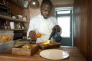 Elis Bond du restaurant Mi Kwabo, 42 rue Rodier dans le 9e arrondissement de Paris, propose une cuisine africaine et caribéenne renouvelée et raffinée.