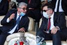 Fayez al-Sarraj (à droite), Premier ministre du gouvernement libyen reconnu par l'ONU, s'entretient avec le ministre de l'Intérieur de ce gouvernement, Fathi Bashagha (à gauche), lors de la commémoration officielle de la «Journée de la police» sur la place des Martyrs à Tripoli, le 8 octobre 2020.