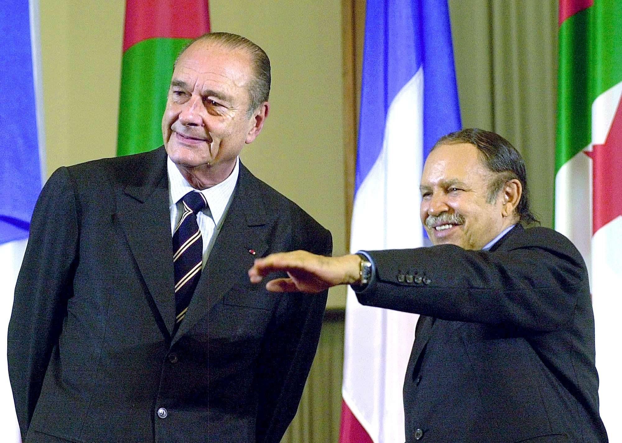 Le Président français Jacques Chirac, à gauche, et son homologue algérien Abdelaziz Bouteflika arrivent au Parlement à Alger le lundi 3 mars 2003.