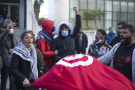 Un petit groupe de personnes participe à une manifestation à l'occasion du dixième anniversaire du soulèvement qui a renversé l'autocrate de longue date Ben Ali, le 14 janvier 2021.