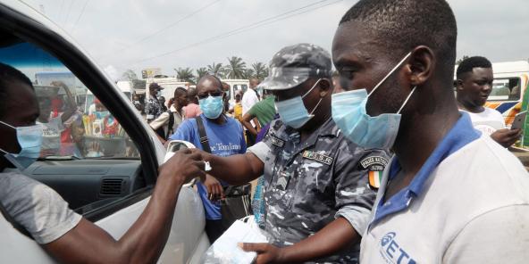 Une opération de sensibilisation port du masque pour prévenir la propagation du coronavirus, dans les rues d'Abidjan le 19 janvier 2021.
