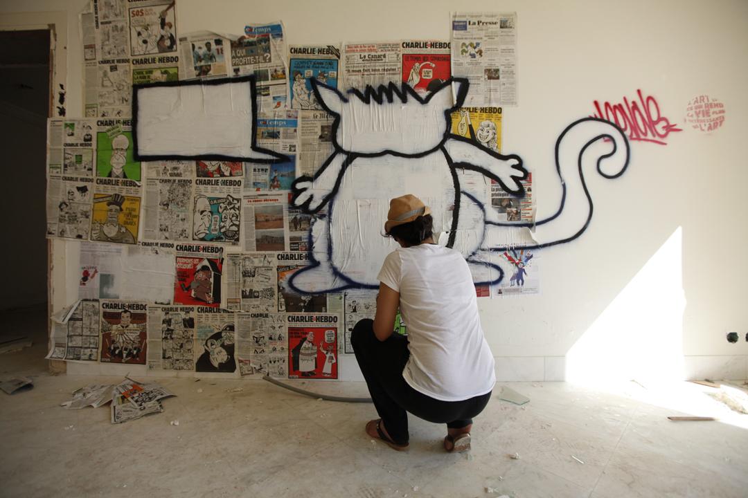 Nadia Khiari, la caricaturiste, dessine son chat, Willis from Tunis, à Gammarth, le 1er juillet 2011.