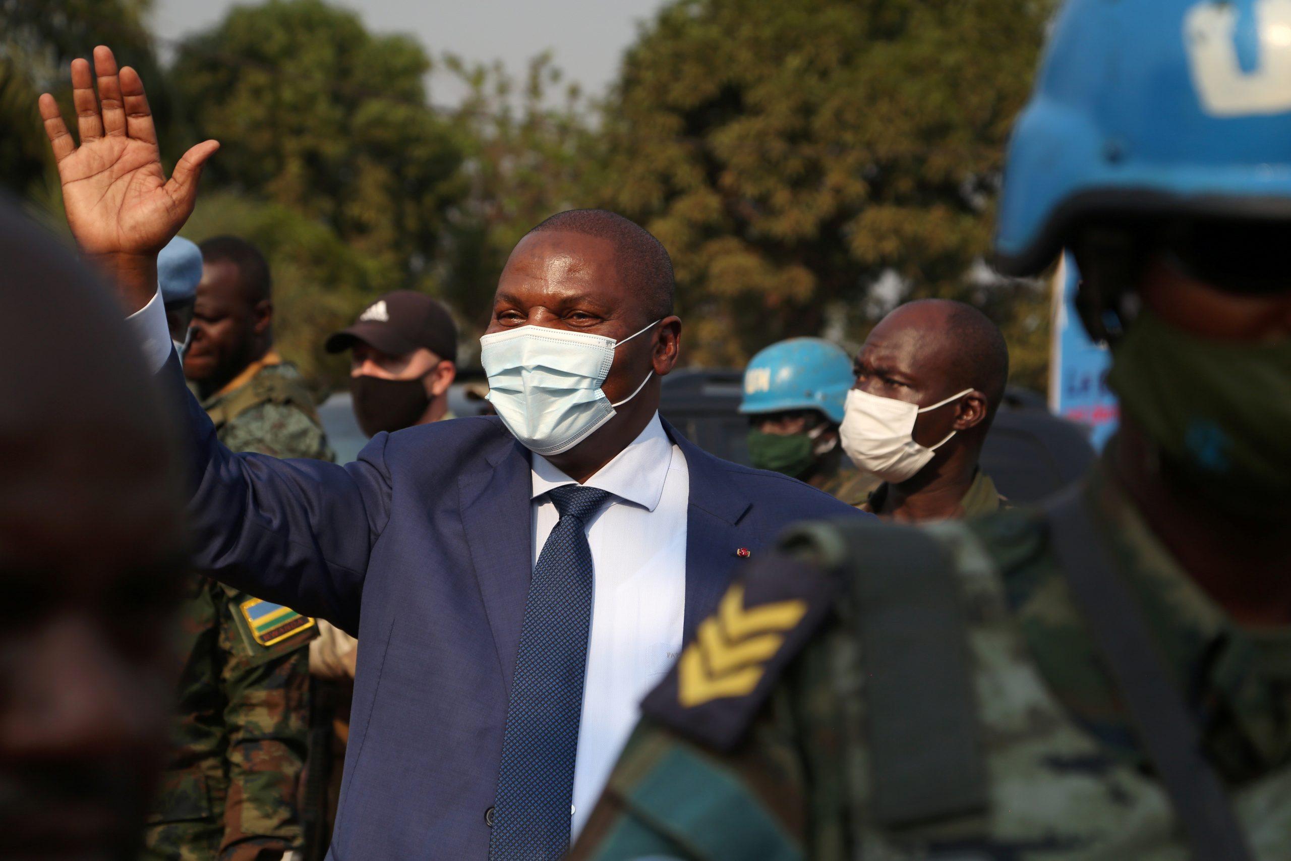 Le président centrafricain, Faustin-Archange Touadéra, salue ses partisans, le 18 janvier 2021 à Bangui, après l'annonce de sa réélection.