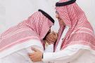 Mohammed Ben Salman (à g.) baise la main de son cousin, Mohammed Ben Nayef, à qui il vient de succéder au rang de prince héritier. À La Mecque, le 21 juin 2017.