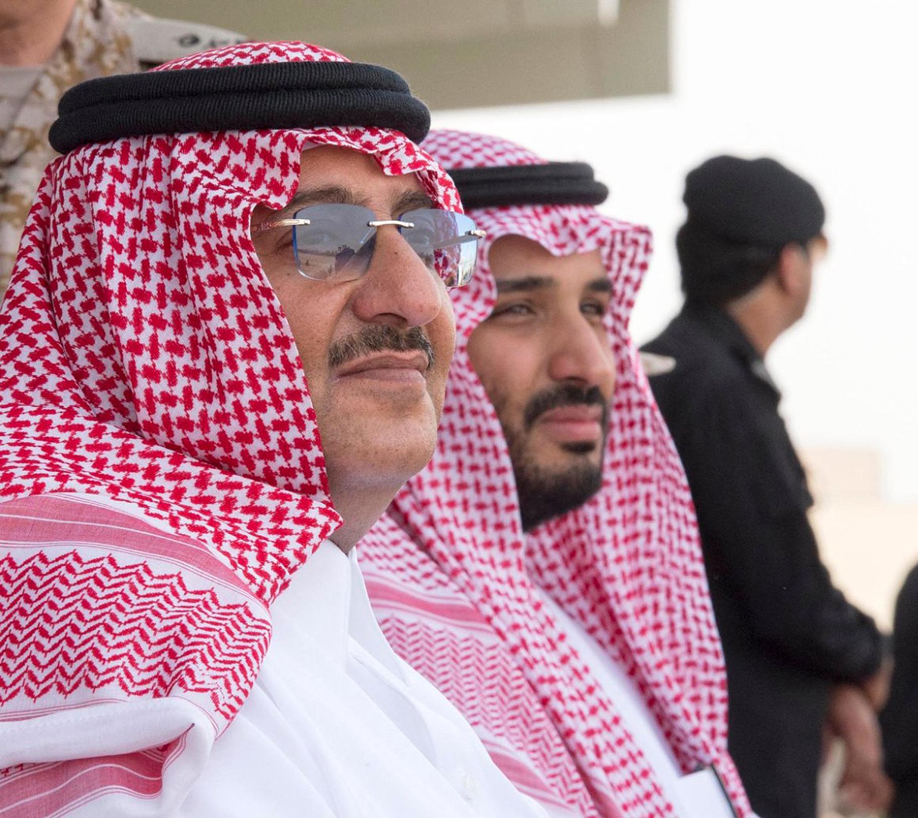 Mohammed Ben Nayef (à g.), alors prince héritier, assiste avec son cousin Mohammed Ben Salman, ministre de la Défense, à des manœuvres militaires dans le nord de l'Arabie saoudite, le 16 mars 2016.