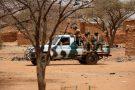 Des soldats burkinabè patrouillent lors d'une opération à Gorgadji, dans le nord du pays, en mars 2019.