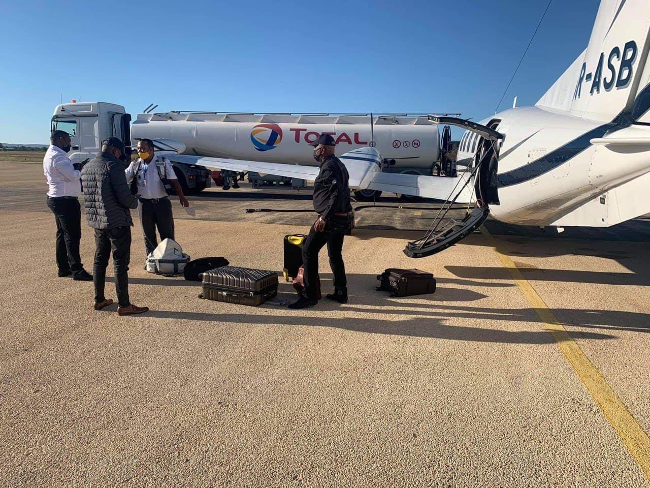 Les contrebandiers d'or présumés sont contrôlés par la douane, sur l'aéroport de Tuléar, avant le vol à destination de Johannesburg, le 31 décembre 2020.