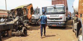 Des camions bloqués sur l'axe menant à Bangui, à Garoua-Boulaï, au Cameroun, près de la frontière avec la Centrafrique.