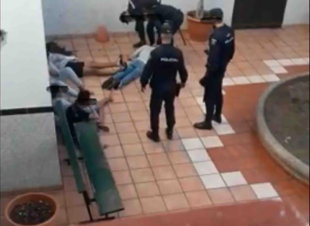 Des mineurs marocains encerclés par la police espagnole dans les Grandes Canaries.