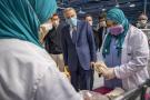 Moulay Hafid Elalamy dans une usine marocaine produisant des masques, le 10 avril 2020.