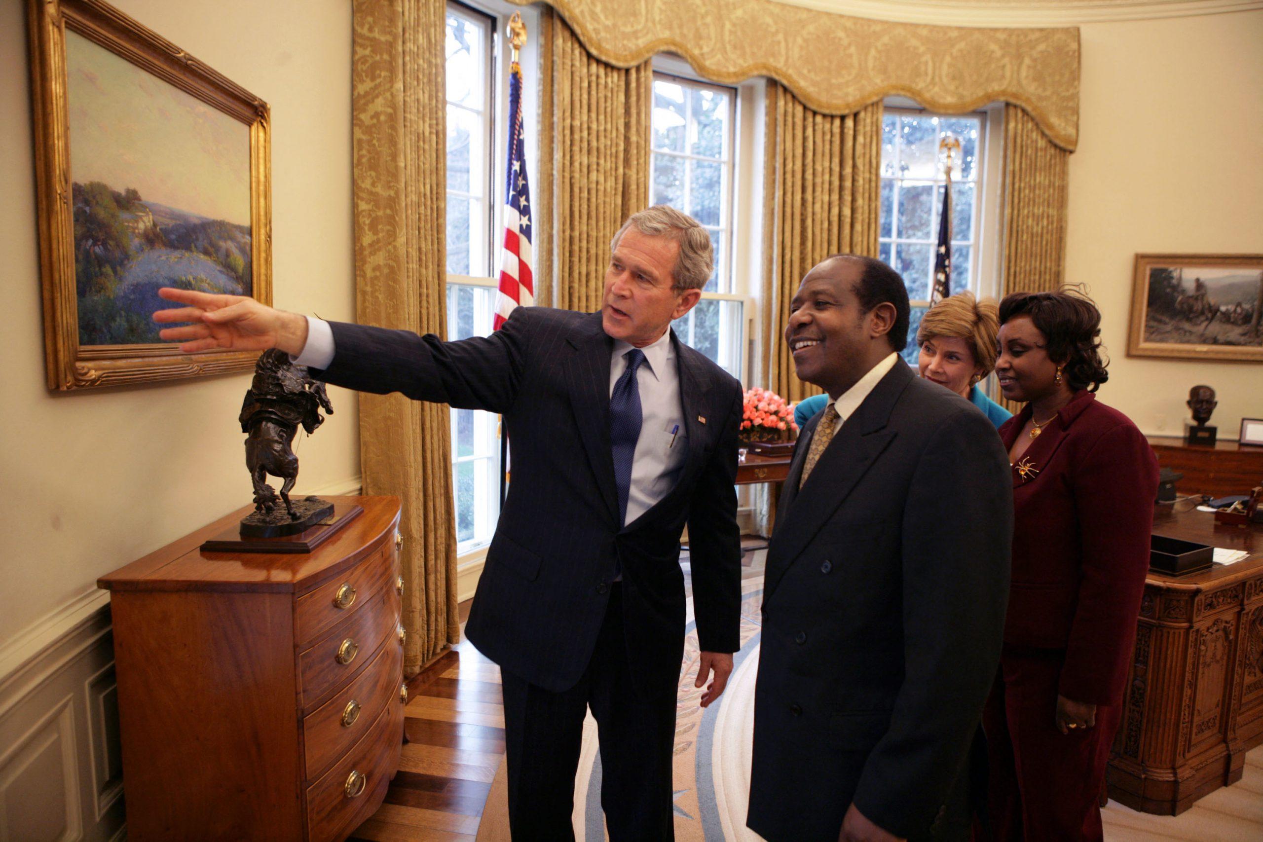 Le président américain George W. Bush rencontre Paul Rusesabagina à la Maison Blanche, le 17 février 2005.