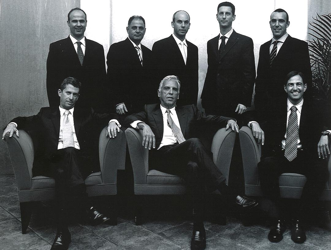 L'équipe dirigeante de Steinmetz Diamond Group. En bas, de g. à dr. : Beny Steinmetz, Daniel Steinmetz (son frère aîné) et Nir Livnat