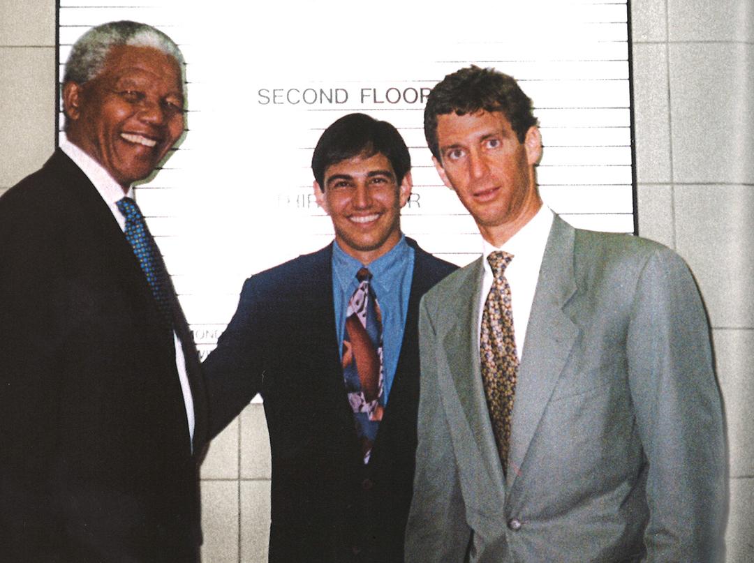 De g. à dr. : Nelson Mandela, Nir Livnat (un des dirigeants de Steinmetz Diamond Group) et Beny Steinmetz, en Afrique du Sud, en 1993.