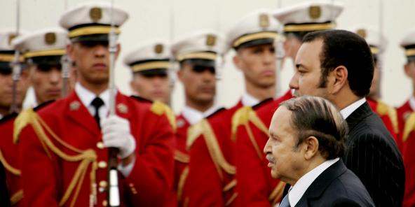 L'ancien président algérien Abdelaziz Bouteflika passe devant une garde républicaine avec le roi du Maroc Mohammed VI à l'aéroport d'Alger, le 21 mars 2005.