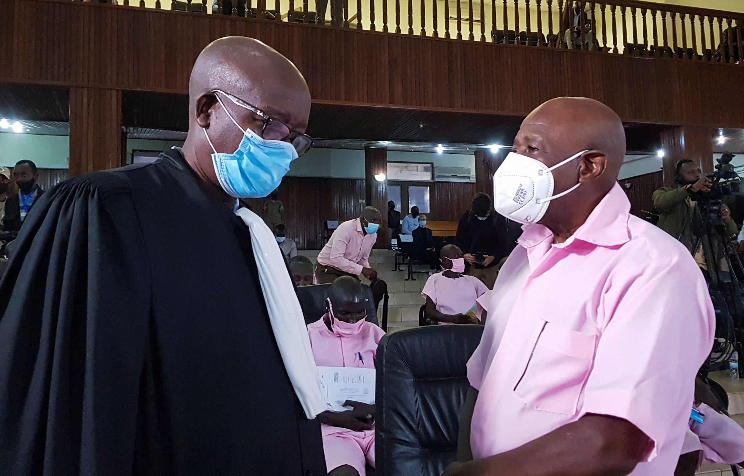 Paul Rusesabagina, avec son avocat Gatera Gashabana, lors de l'ouverture de son procès, le 17 février 2020.