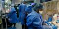Des chercheurs étudient le vaccin BCG pour des échantillons de test de tuberculose dans un laboratoire géré par la société sud-africaine de biotechnologie TASK à Cape Town, Afrique du Sud, le 11 mai 2020.