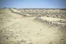 Le mur de défense marocain, entre deux points d'appui, non loin de Guerguerat.