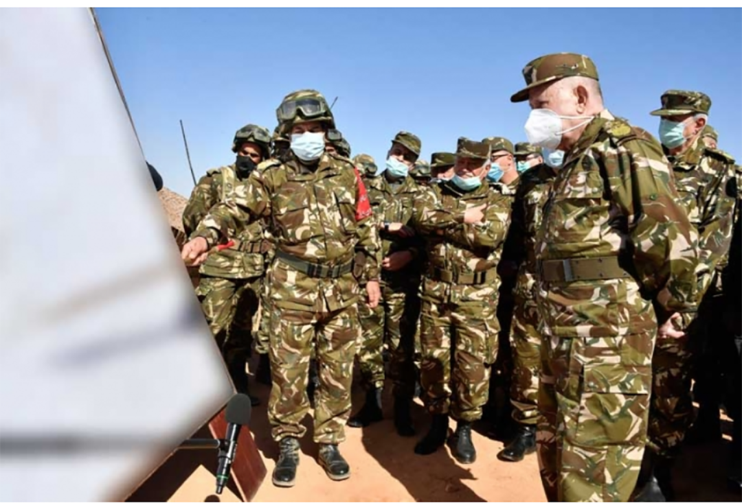 L'exercice «Al Hazm 2021» : une démonstration de force de l'armée algérienne, dirigée par le général Saïd Chengriha (à dr.), à la mi-janvier, dans la région de Tindouf.