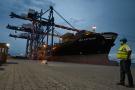 Déchargement des conteneurs d'un navire au terminal du port d'Abidjan, premier port d'Afrique de l'Ouest, le 8 mai 2020.