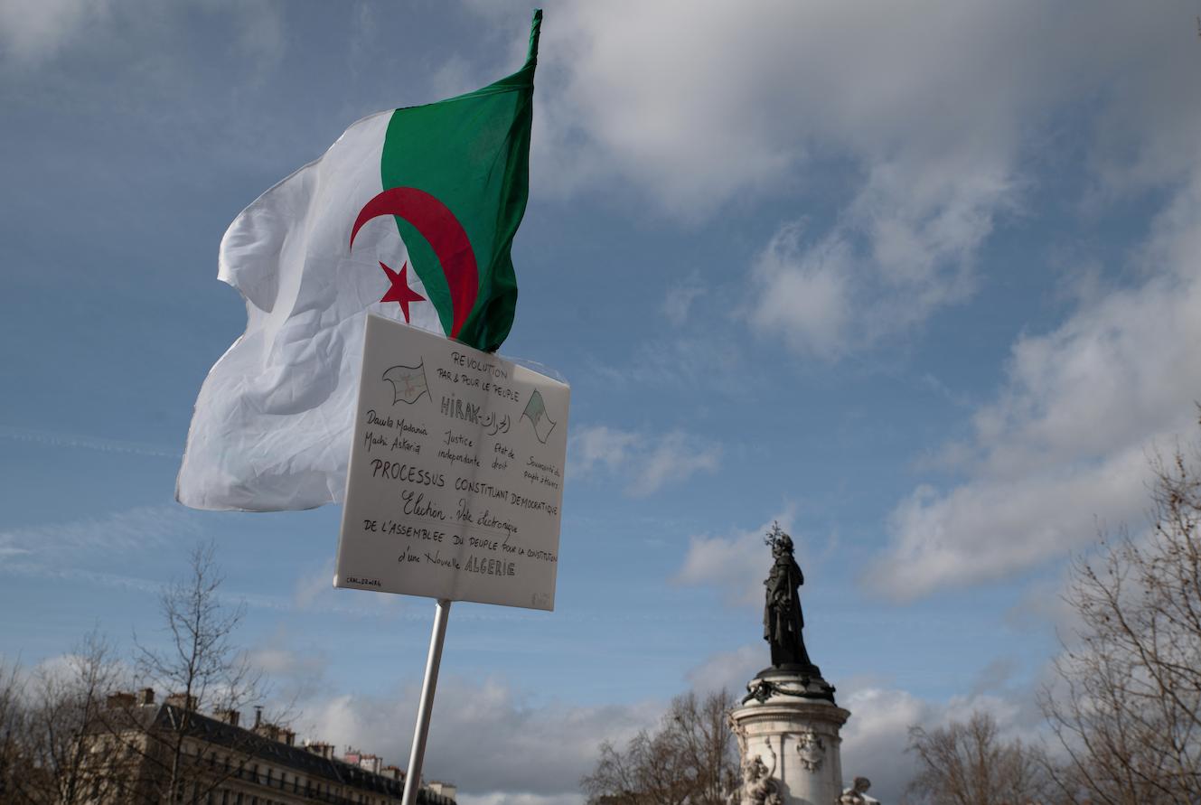 Des Algériens et des citoyens franco-algériens manifestent entre la place de la République et la place de la Bastille à Paris le 16 février 2020.