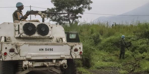 Des soldats de la paix de l'ONU surveillent la zone où le convoi a été attaqué, à Nyiragongo, province du Nord-Kivu, le 22 février 2021.