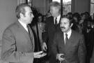 L'ancien ministre algérien des Affaires étrangères Abdelaziz Bouteflika discutant avec le ministre français de l'Industrie et du développement scientifique et négociateur François-Xavier Ortoli lors de sa visite en France, le 20 janvier 1971.