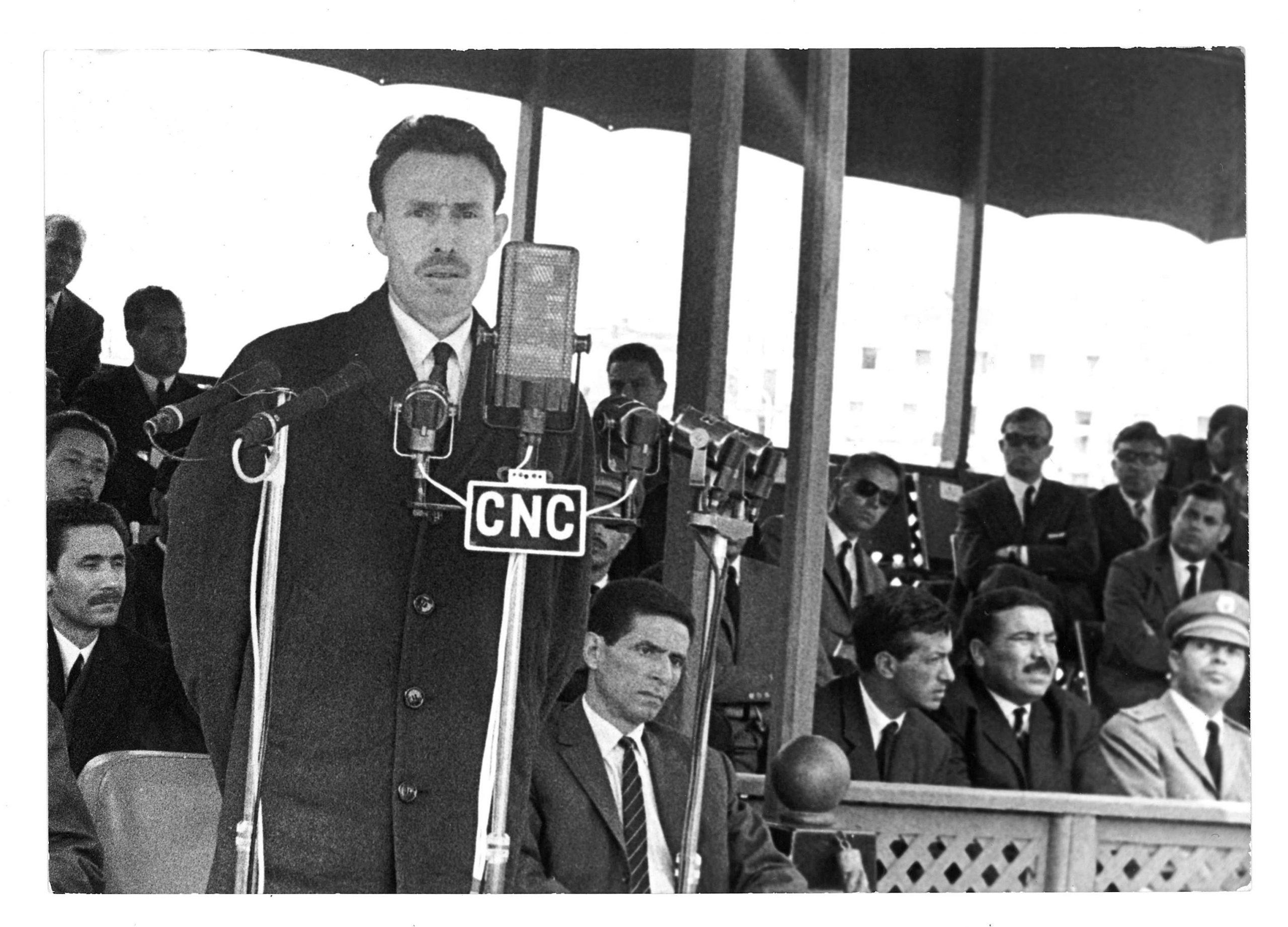 Le président de la République algérienne Houari Boumédiène s'adresse aux militants de l'Union Générale des Travailleurs Algériens (UGTA), à Alger, le 1er mai 1966.