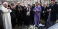 A Paris, le 18 février 2020, un groupe d'imams européens prie devant la salle de concert du Bataclan, cible des attentats de novembre 2015,