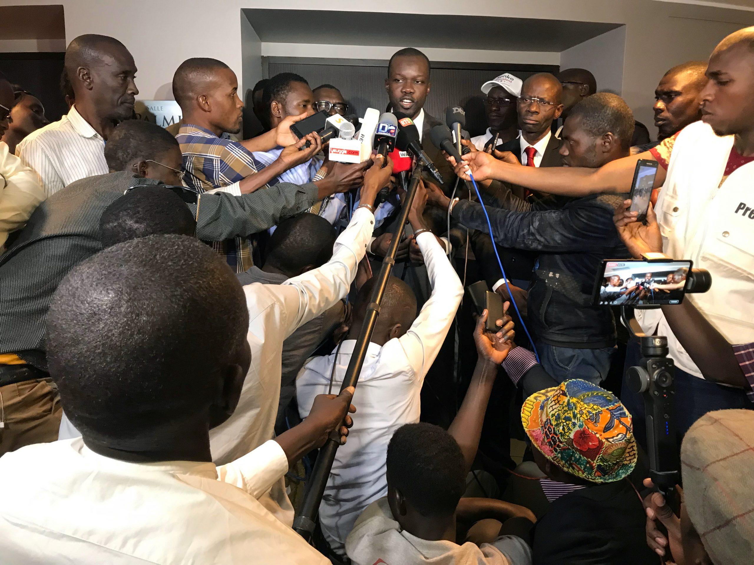 Ousmane Sonko face à la presse, en février 2019.