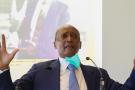Le milliardaire sud-africain Patrice Motsepe lors d'un point de presse alors qu'il présente sa stratégie de présidence de la CAF à l'approche des prochaines élections présidentielles, à Sandton, Afrique du Sud, le 25 février 2021.