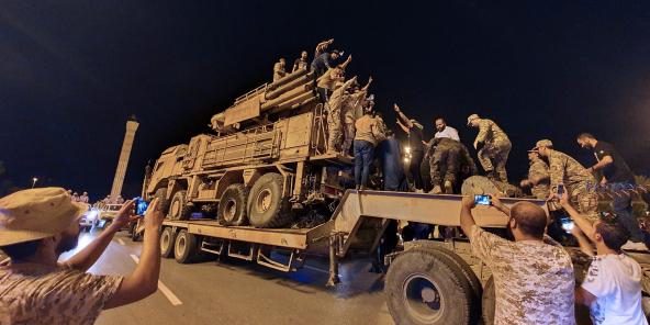 Les forces loyales au gouvernement d'accord national libyen (GNA) reconnu par l'ONU font défiler un camion de système de défense aérienne Pantsir de fabrication russe dans la capitale Tripoli le 20 mai 2020, après sa capture à la base aérienne d'Al-Watiya (base aérienne d'Okba Ibn Nafa) par les forces loyales à l'homme fort libyen Khalifa Haftar, basé dans l'est du pays.